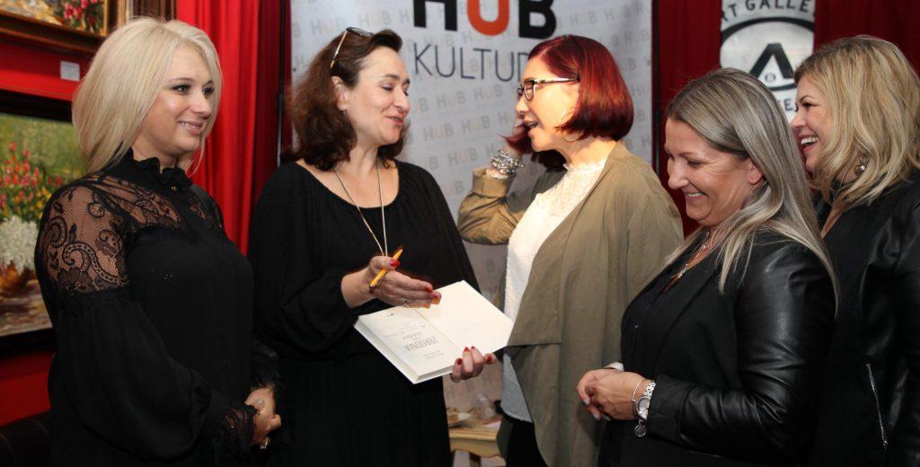 Prof. Monika Całkiewicz podpisuje swoje książki na spotkaniu z chicagowską Polonią fot. Artur Partyka